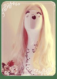 maniquí con peluca natural rubia